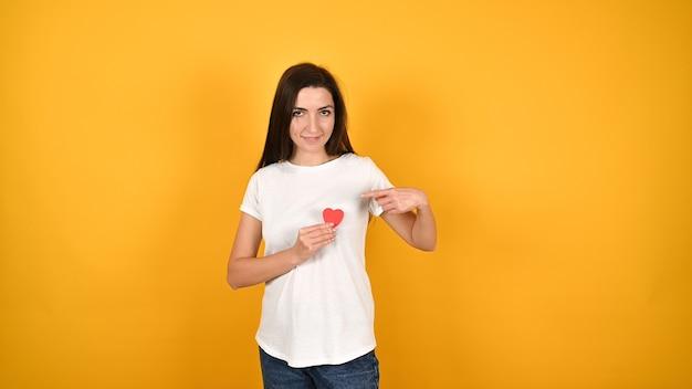 Девушка приложила сердце к груди