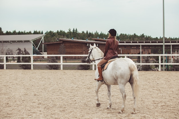 여자 아이가 말을 타다