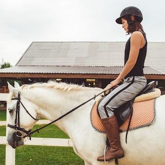 Девушка едет на лошади