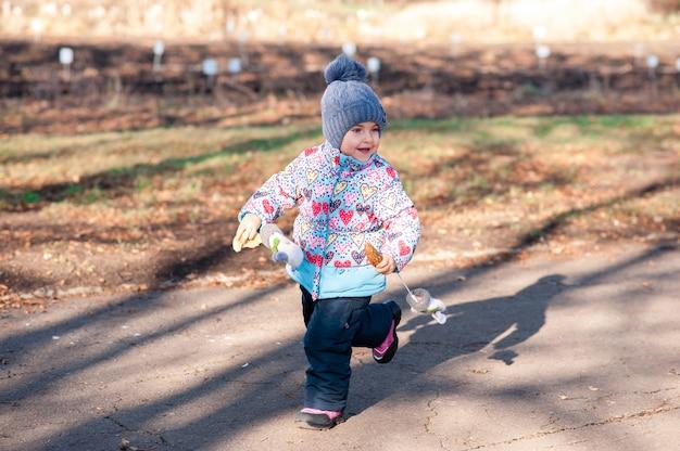 Девушка бежит в осенний парк