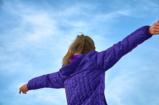 その少女は腕を空に広げた。