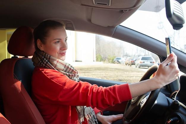 女の子は車の中で自分撮りをします