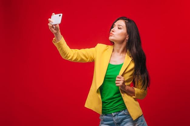 女の子は携帯電話で自分撮りをします