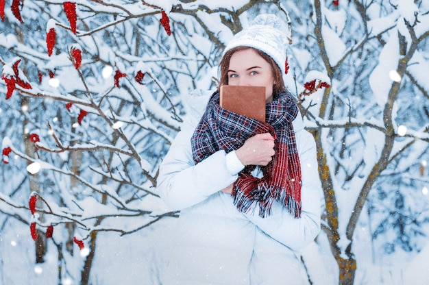 Девушка гуляет по зимнему лесу