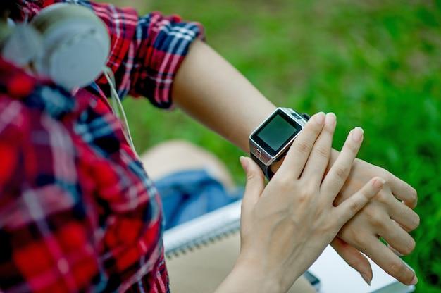 女の子は時計を見る