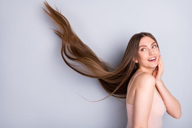 Девушка замахала волосами здоровыми