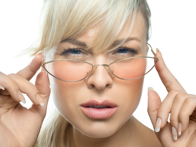 Девушка с плохими глазами внимательно смотрит в очки. концепция здоровья глаз.