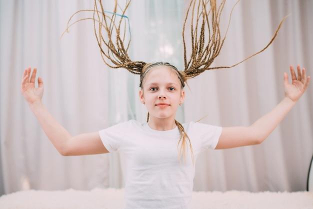 茶色の髪の少女とカネカロンの三つ編み