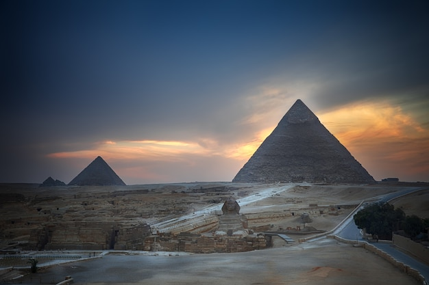 기자 피라미드와 저녁, 이집트의 스핑크스.