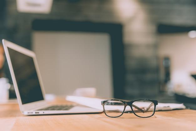 Очки возле ноутбука на столе