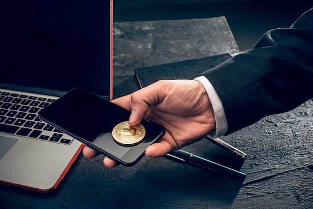 郵便の手の中の黄金のビットコイン