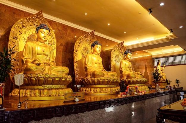 バタム島の寺院にある黄金の仏像。