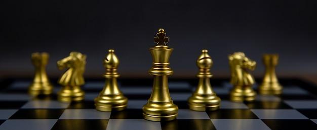 ゴールデンチェスチームは、チェス盤の真ん中にキングチェススタンドがあります。