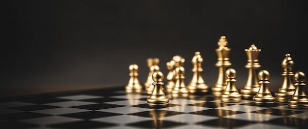체스 보드에 서있는 골든 체스 팀