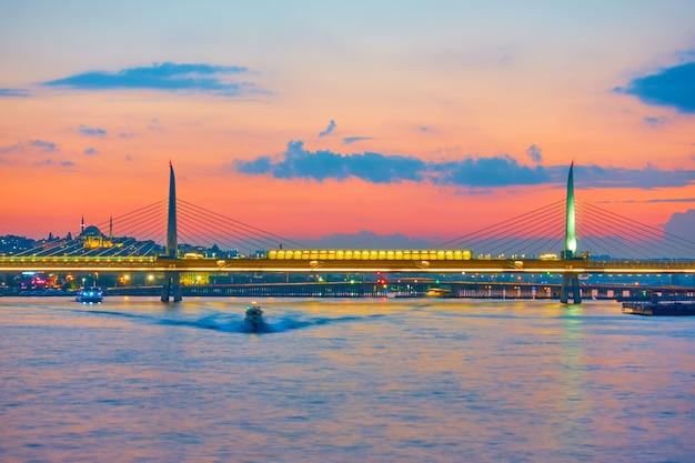 トルコ、日没時のイスタンブールの金角湾メトロ橋