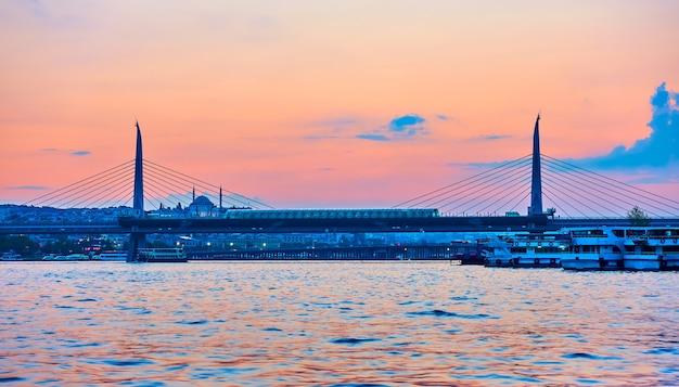 トルコ、イスタンブールの金角湾メトロ橋