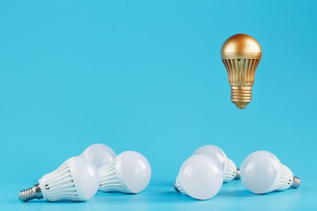 黄金色の電球は、通常の電球の周囲に浮かび上がります。