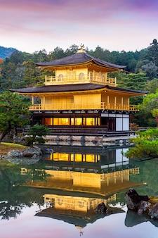 Золотой павильон. храм кинкакудзи в киото, япония.