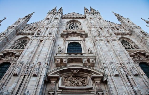 고딕 양식의 대성당은 완성하는 데 거의 6세기가 걸렸습니다. 그것은 세계에서 네 번째로 큰 대성당이자 지금까지 이탈리아에서 가장 큰 대성당입니다.