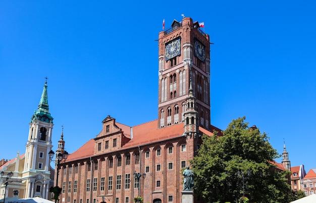 ゴシック様式の旧市庁舎ratuszstaromiejski聖霊教会とトルンのコペルニクス記念碑