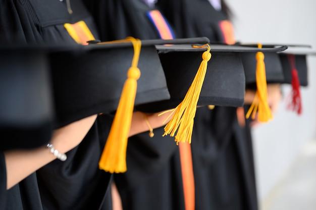 졸업 학생 그룹은 대학 졸업식에서 검은 모자, 검은 모자를 착용했습니다.