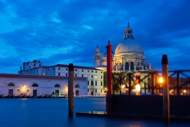 이탈리아 베니스의 대운하(grand canal)와 산타 마리아 델라 살루테(santa maria della salute) 교회
