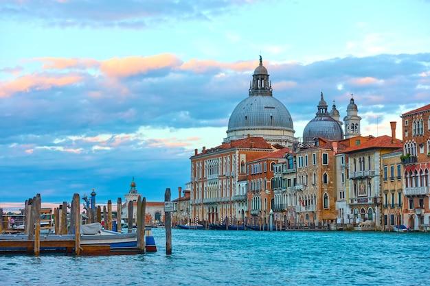 이탈리아 이른 저녁 베니스의 대운하(grand canal)와 산타 마리아 델라 살루테(santa maria della salute) 교회