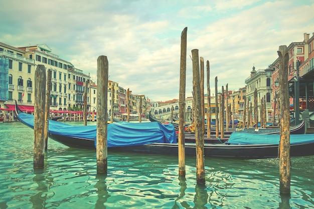 이탈리아, 정박된 곤돌라가 있는 베니스의 리알토 다리 근처 대운하. 빈티지 스타일