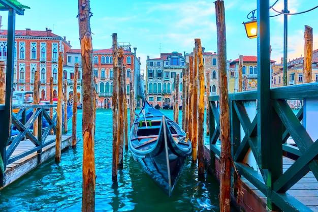 황혼, 이탈리아 베니스에서 정박된 곤돌라와 대운하