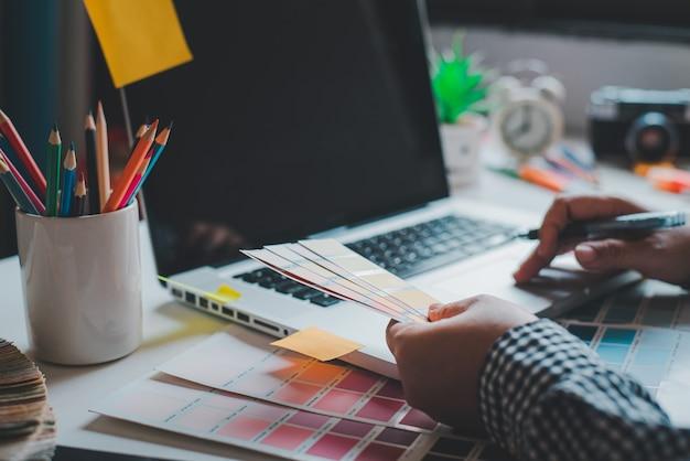 그래픽 디자이너 크리에이티브 팀은 현재 광고 디자인 가이드 색상의 디자인 및 색상 선택 작업을하고 있습니다.