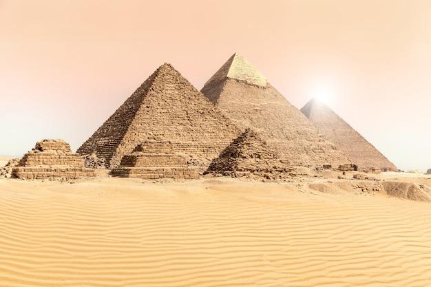 이집트의 사막 모래에 있는 기자의 대피라미드.
