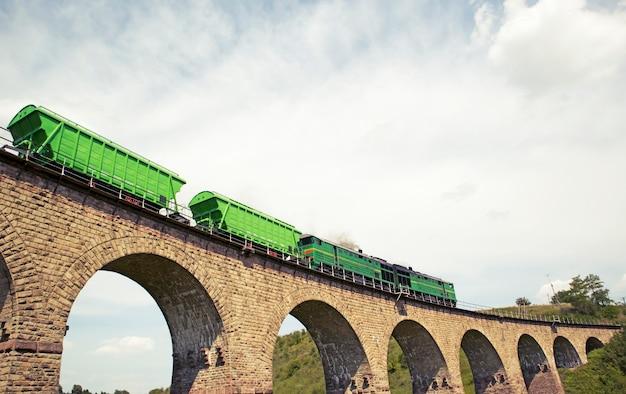 レンガで作られた素晴らしい鉄道高架橋とそれによって動く列車