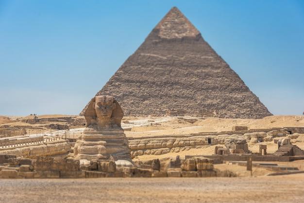 エジプトの大スフィンクスとピラミッド