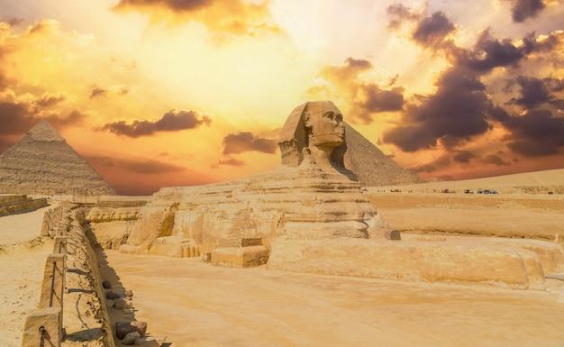 기자의 대 스핑크스와 이집트 카이로 시의 기자 피라미드 배경