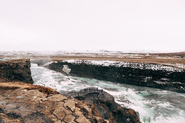 展望台の金色のリングの観光客の南アイスランドの大きな滝のグトルフォス