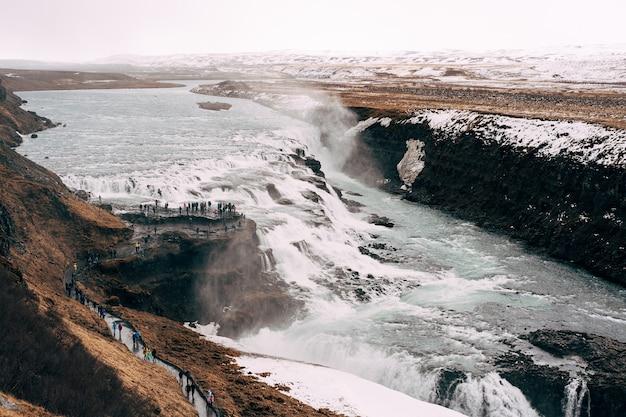 전망대에있는 황금 반지 관광객에 대한 남부 아이슬란드의 큰 폭포 굴 포스