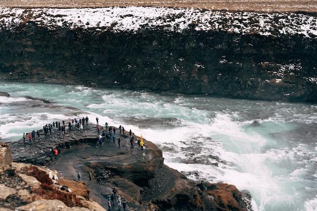 アイスランド南部の黄金の輪にあるグトルフォスの大滝。観察の観光客