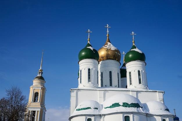 러시아 모스크바 콜롬나 지역에 있는 도미션 대성당의 녹색 및 황금 돔
