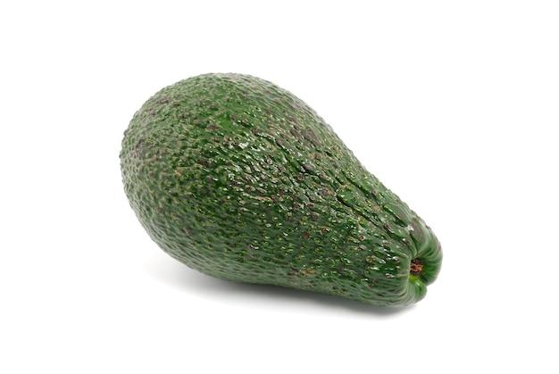 Зеленый авокадо на белом фоне