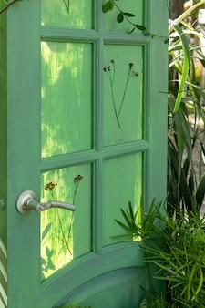 아무데도 이어지는 정원의 녹색 문. 장식 요소입니다. 오래된 것을 새로운 품질로 사용