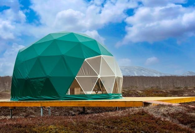 緑のグランピング。居心地の良い、キャンプ、グランピング休日の休暇のライフスタイルの概念
