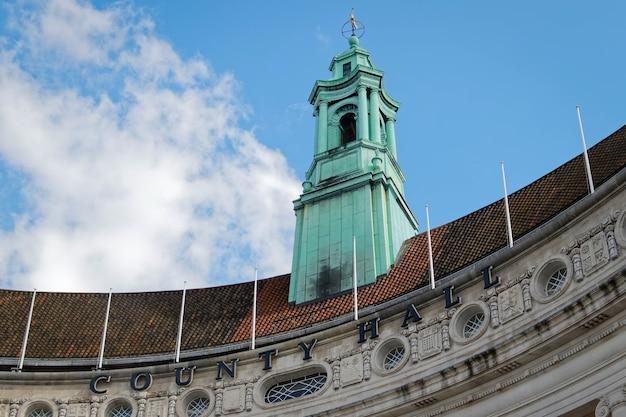 Зеленая башня здания old county hall в лондоне