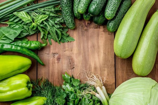 木製のテーブルに緑の野菜