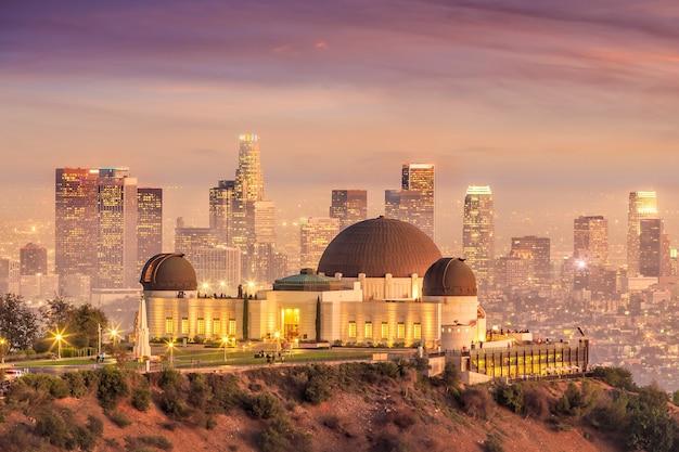 カリフォルニア州トワイライトのグリフィス天文台とロサンゼルス市のスカイライン