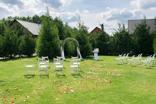 Жених и невеста возвращаются на поляну
