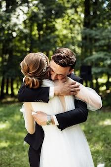 신랑과 신부는 결혼식에서 서로에게 약속을 읽었습니다. 신혼 부부는 반지를 교환합니다. 아치에 의해 신부와 신랑.