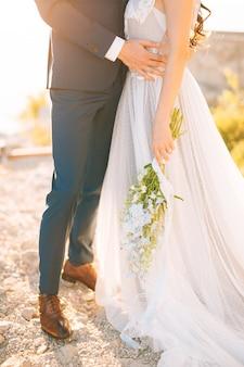 新郎は山で花嫁を抱きしめます。モンテネグロとクロアチアでの結婚式。