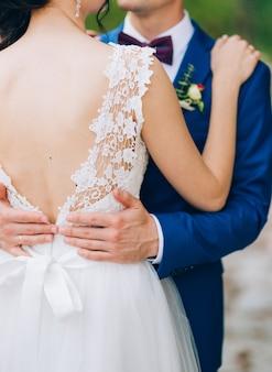 新郎は旧市街で花嫁を抱きしめます。モンテネグロとクロアチアでの結婚式。