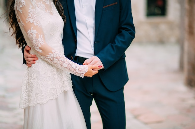 新郎はビーチで花嫁を抱きしめます。モンテネグロとクロアチアでの結婚式。