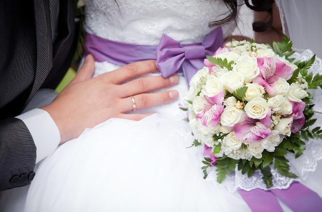 新郎は花嫁を抱きしめます